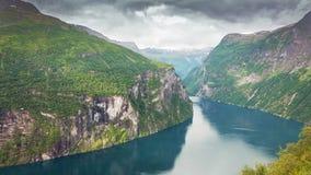 Fiordo de Geiranger y fondo dramático de las nubes noruega imagen de archivo libre de regalías