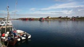 Fiordo de la bahía, alrededor de las cabañas de la pesca Barcos de pesca en la orilla metrajes