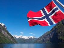Fiordo di Geiranger con la bandiera della Norvegia immagine stock