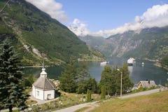 Fiordo di Geiranger con la chiesa Fotografia Stock