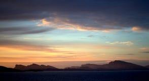 Fiordo di Straumsfjorden dopo il tramonto Immagine Stock