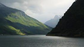 Fiordo en Noruega - fondo de la naturaleza y del viaje metrajes