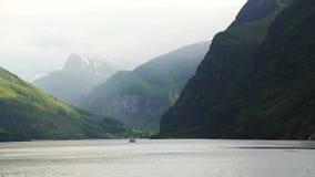 Fiordo en Noruega - fondo de la naturaleza y del viaje almacen de metraje de vídeo