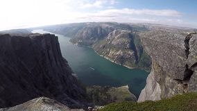 Fiordo hermoso en Noruega Visi?n desde la tapa almacen de video