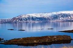 Fiordo island?s reflejado en el agua imagen de archivo