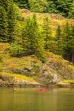 Fiordo in kayak della gente e della Norvegia Immagini Stock Libere da Diritti