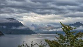 Fiordo noruego hermoso con las montañas en el fondo imagen de archivo libre de regalías