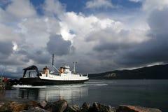 Fiordo norvegese con il traghetto Fotografie Stock Libere da Diritti