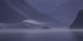 Fiordo norvegese nebbioso Immagini Stock