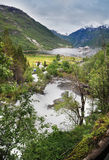 Fiordo Norvegia di Geiranger con il fiume e il cruisehip Fotografie Stock