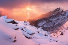 Fiordo scenico sulle isole di Lofoten, Reine, Norvegia Acqua calma Attrazione turistica famosa sulle isole di Lofoten immagine stock libera da diritti