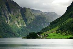 Fiordo stretto, Norvegia Immagini Stock Libere da Diritti