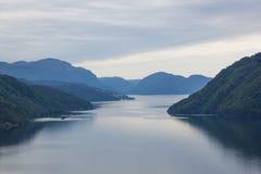Fiordo y montañas noruegos fotografía de archivo libre de regalías