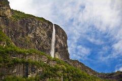 Fiordos en Noruega, una cascada de la montaña Fotografía de archivo