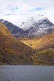 Fiordos y montañas noruegos fotos de archivo