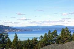 Fiordos y montañas noruegos Imágenes de archivo libres de regalías