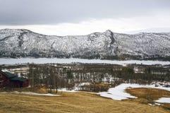 Fiordos y montañas noruegos Fotografía de archivo