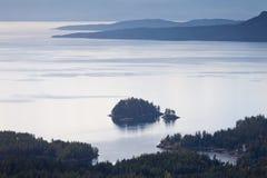 Fiords y Océano Pacífico A.C. Canadá de la costa de la sol foto de archivo libre de regalías