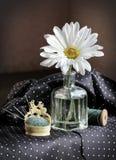 Fiore, aghi e bobina della margherita del filo Immagine Stock