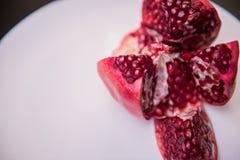 Fiore aperto di spaccatura servito la frutta della punica granatum del melograno isolata sopra i precedenti bianchi immagini stock libere da diritti