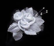 Fiore artificiale del pizzo di nozze con le perle isolate su fondo nero Fotografia Stock
