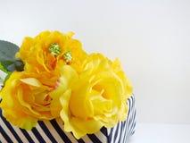Fiore artificiale della rosa di giallo nella scatola con il fondo della copia dello spazio Fotografia Stock Libera da Diritti