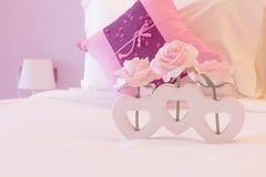 Fiore artificiale della rosa di rosa in vaso di forma del cuore Immagine Stock Libera da Diritti