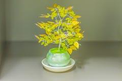 Fiore artificiale giallo variopinto nell'ufficio che ha fatto meglio Immagine Stock