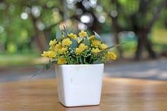 Fiore artificiale in vaso da fiori Immagini Stock Libere da Diritti