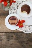 Fiore bianco Alstromeria Astromeria di rosso arancio della ciambella del cioccolato della tazza di tè sopra fondo di legno rustic Immagine Stock Libera da Diritti