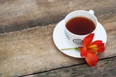 Fiore bianco Alstromeria Astromeria di rosso arancio della tazza di tè sopra fondo di legno rustico Copi lo spazio Immagine Stock Libera da Diritti