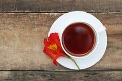Fiore bianco Alstromeria Astromeria di rosso arancio della tazza di tè sopra fondo di legno rustico Copi lo spazio Fotografia Stock