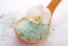Fiore bianco dell'orchidea con il sale di bagno minerale blu Fotografie Stock Libere da Diritti