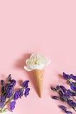 Fiore bianco della peonia nel cono della cialda su fondo rosa e sull'aconitum porpora Concetto di estate Fotografia Stock