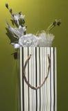 Fiore bianco in sacco di carta Fotografie Stock Libere da Diritti