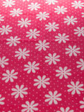 Fiore bianco su struttura rossa del fondo del tessuto Fotografie Stock