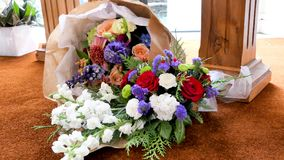 Fiore & candela usati per un funerale fotografia stock libera da diritti