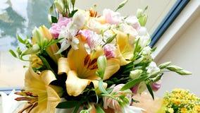 Fiore & candela usati per un funerale immagini stock libere da diritti
