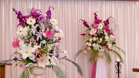 Fiore & candela usati per un funerale immagine stock