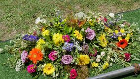 Fiore & candela usati per un funerale fotografie stock libere da diritti