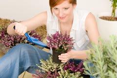 Fiore conservato in vaso della donna di redhead del terrazzo del giardino di estate Immagine Stock Libera da Diritti