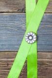 Fiore d'annata del bottone del metallo e nastro verde due Immagine Stock Libera da Diritti