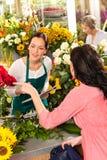 Fiore d'ordinazione del cliente della donna delle rose del giovane fiorista Immagini Stock Libere da Diritti