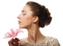 Fiore del giglio della tenuta della ragazza in sue mani Fotografie Stock