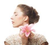 Fiore del giglio della tenuta della ragazza in sue mani Immagini Stock