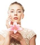 Fiore del giglio della tenuta della ragazza in sue mani Fotografia Stock