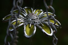 Fiore del metallo giallo in catene Fotografia Stock