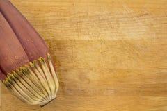 Fiore della banana con acqua sui precedenti di legno Fotografie Stock Libere da Diritti