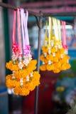 Fiore della calendula, direzione gialla del fiore o ghirlanda appendenti al mercato per culto ed alla preghiera con Buddha in tra immagini stock