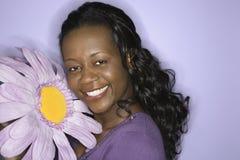Fiore della holding della donna del African-American. Fotografia Stock Libera da Diritti